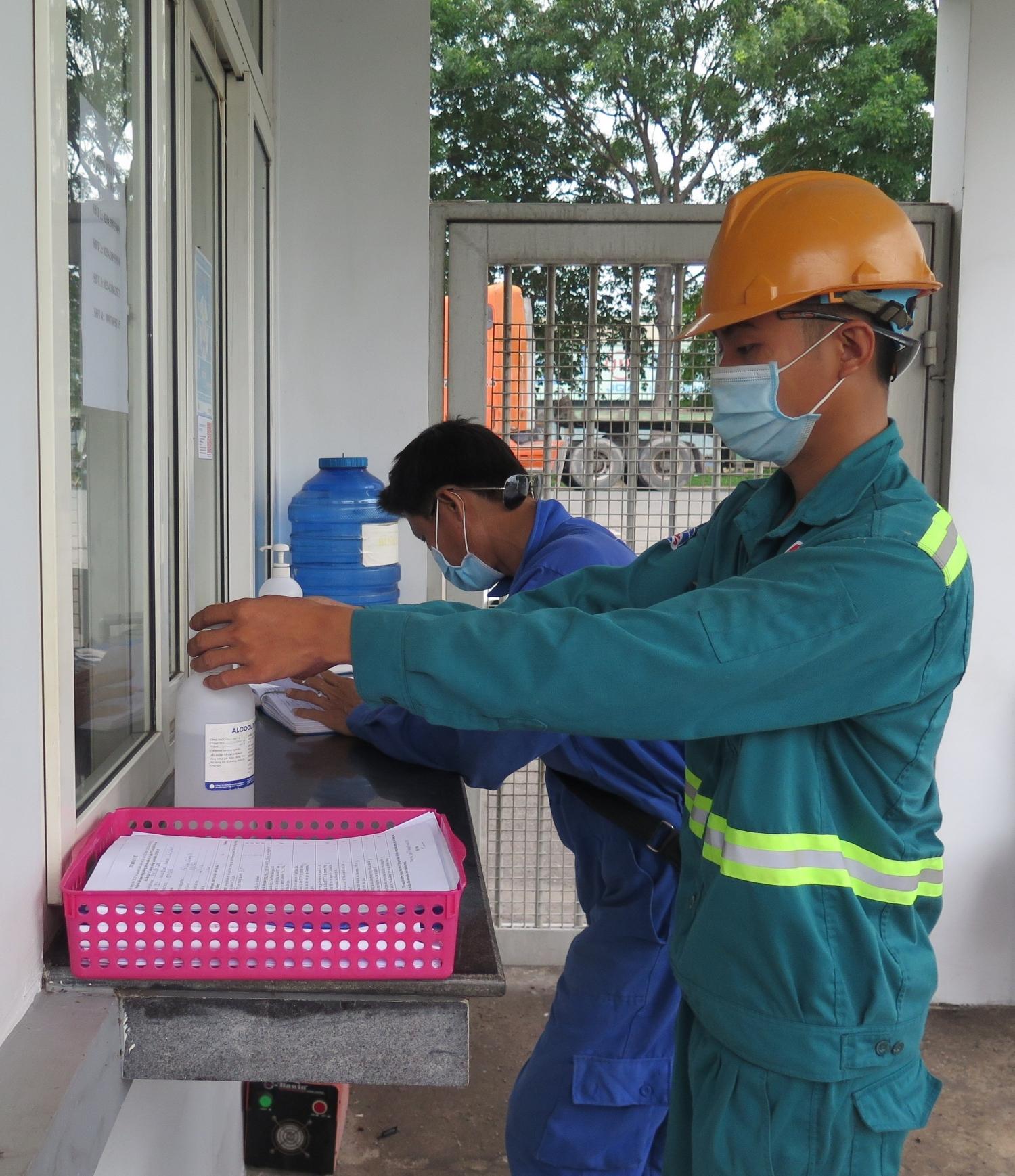 Tất cả các nhân viên nhà thầu được phép vào công trình khí đều phải khai báo y tế và thực hiện khử khuẩn