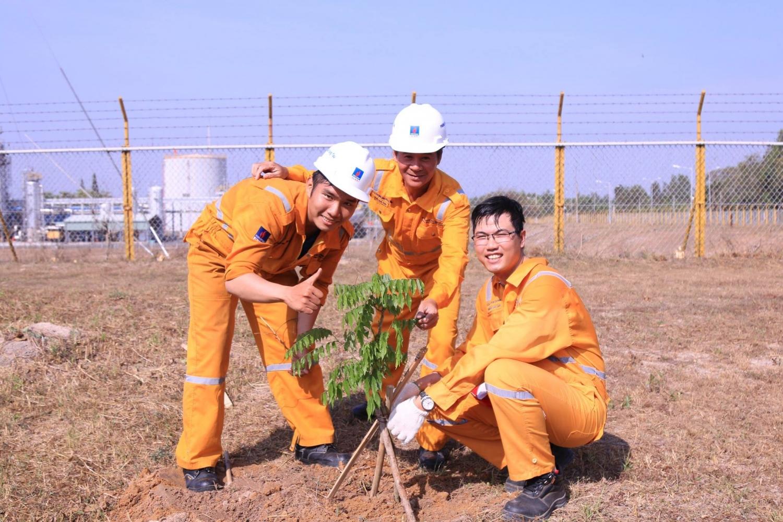Luân tham gia vào hoạt động trồng cây xanh do công ty tổ chức