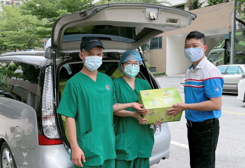 Đại diện PVOIL tặng quà cho các tình nguyện viên đang thực hiện nhiệm vụ tại điểm chốt trực phòng chống Covid-19