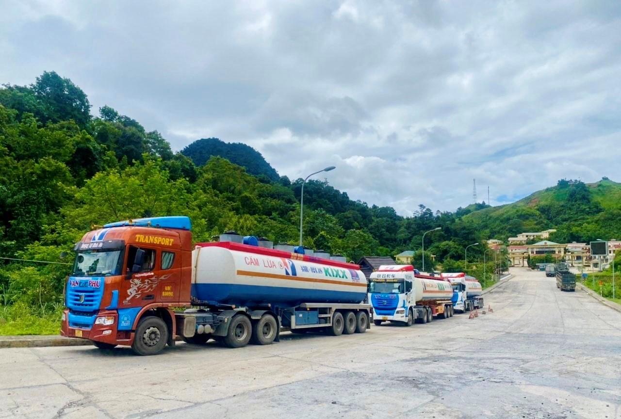 Xe bồn chở dầu DO cho PVOIL Lào qua cửa khẩu quốc tế Nậm Cắn