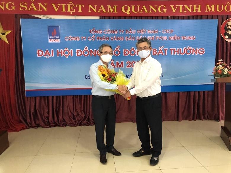 Ông Cái Trọng Anh Tuấn - Chủ tịch HĐQT (bên trái) và ông Nguyễn Hoàng Phúc – Giám đốc PVOIL Miền Trung (bên phải) ra mắt sau khi được bầu/ bổ nhiệm.