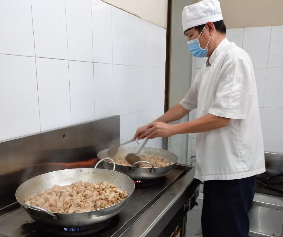 Đầu bếp PVOIL đang chuẩn bị các suất ăn