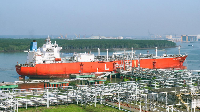 Hình ảnh kho cảng thời điểm tiếp nhận tàu LPG lạnh cập bến