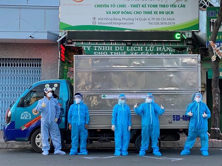 Nhóm thiện nguyện vận chuyển lương thực, thực phẩm trong đội xe do PVOIL hỗ trợ miễn phí xăng dầu
