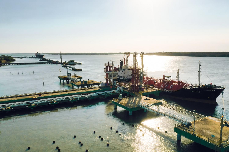 Kho cảng PV GAS Vũng Tàu một chiều hoàng hôn