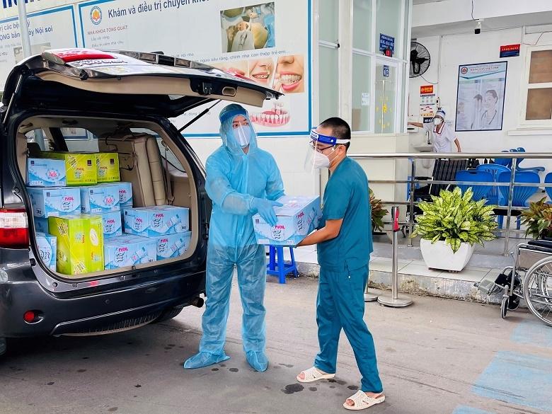 PVOIL tặng nước uống cho bệnh viện