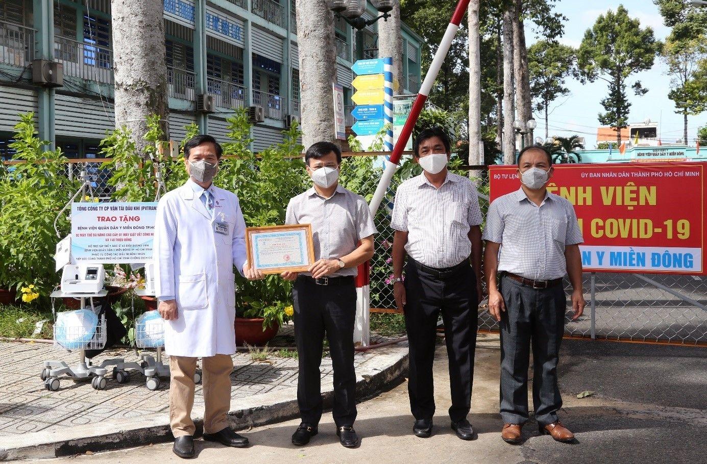 Lãnh đạo PVTrans trao tặng hỗ trợ Bệnh viện Quân dân Y Miền Đông Tp.HCM