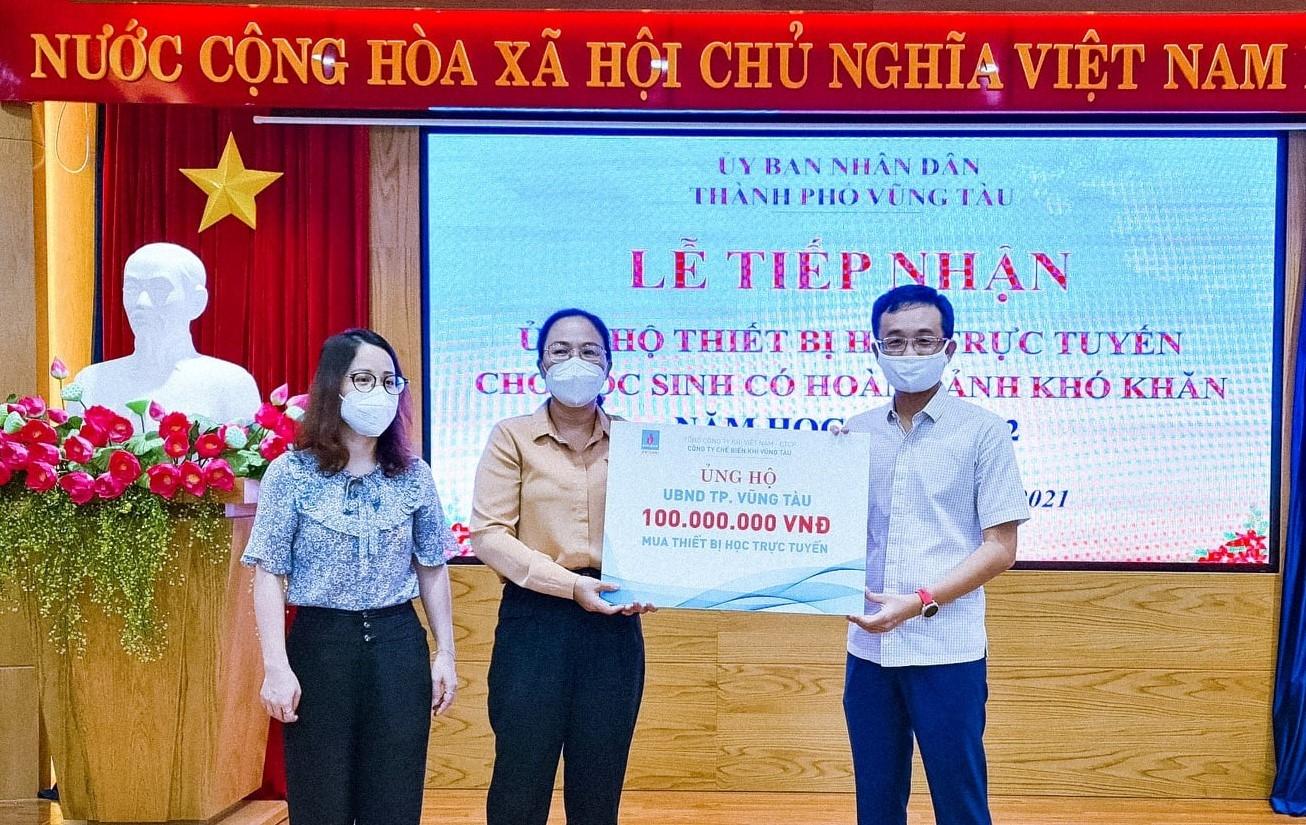 Đại diện KVT trao tặng 100 triệu đồng cho Chương trình Hỗ trợ học tập trực tuyến cho học sinh khó khăn tại Tp.Vũng Tàu