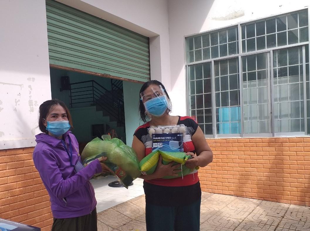 Các công đoàn cơ sở của PV GAS gửi tặng quà hỗ trợ cho người dân phòng chống dịch bệnh
