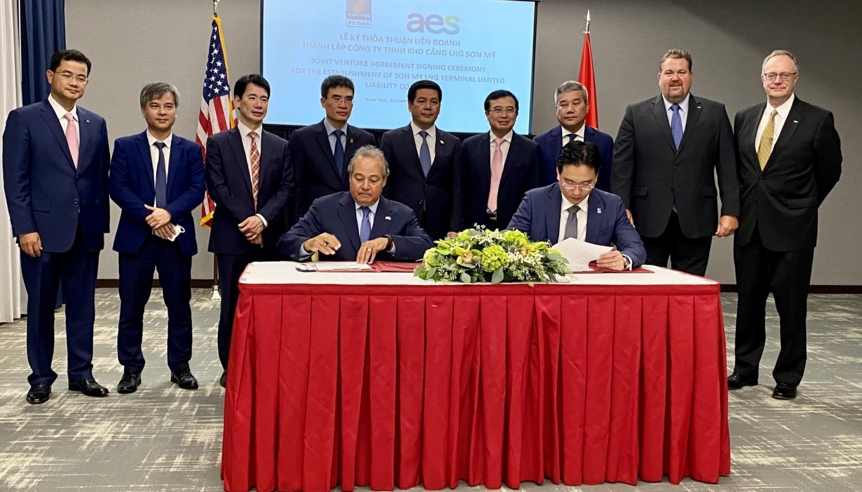 Ông Nguyễn Thanh Bình, Phó Tổng giám đốc PV GAS và Ông Bernerd Da Santos - Phó Chủ tịch Thường trực kiêm Giám đốc điều hành AES thực hiện nghi lễ ký kết Thỏa thuận thương mại