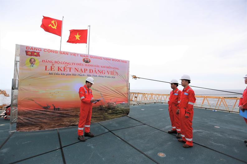 Lễ kết nạp đảng viên trên mỏ dầu khí Hải Thạch – Mộc Tinh