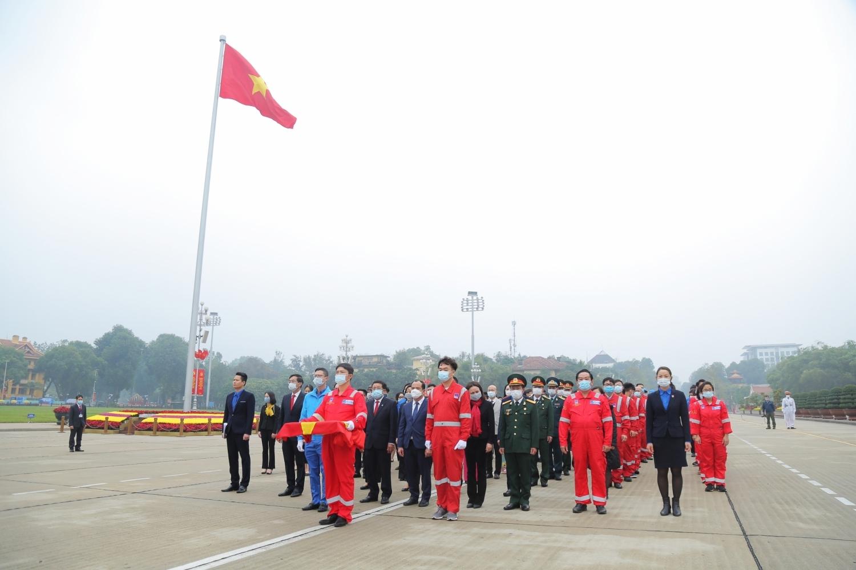 Hành trình Mùa Xuân từ những giếng dầu đưa lá cờ Tổ quốc từ Biển Đông tới Quảng trường Ba Đình.