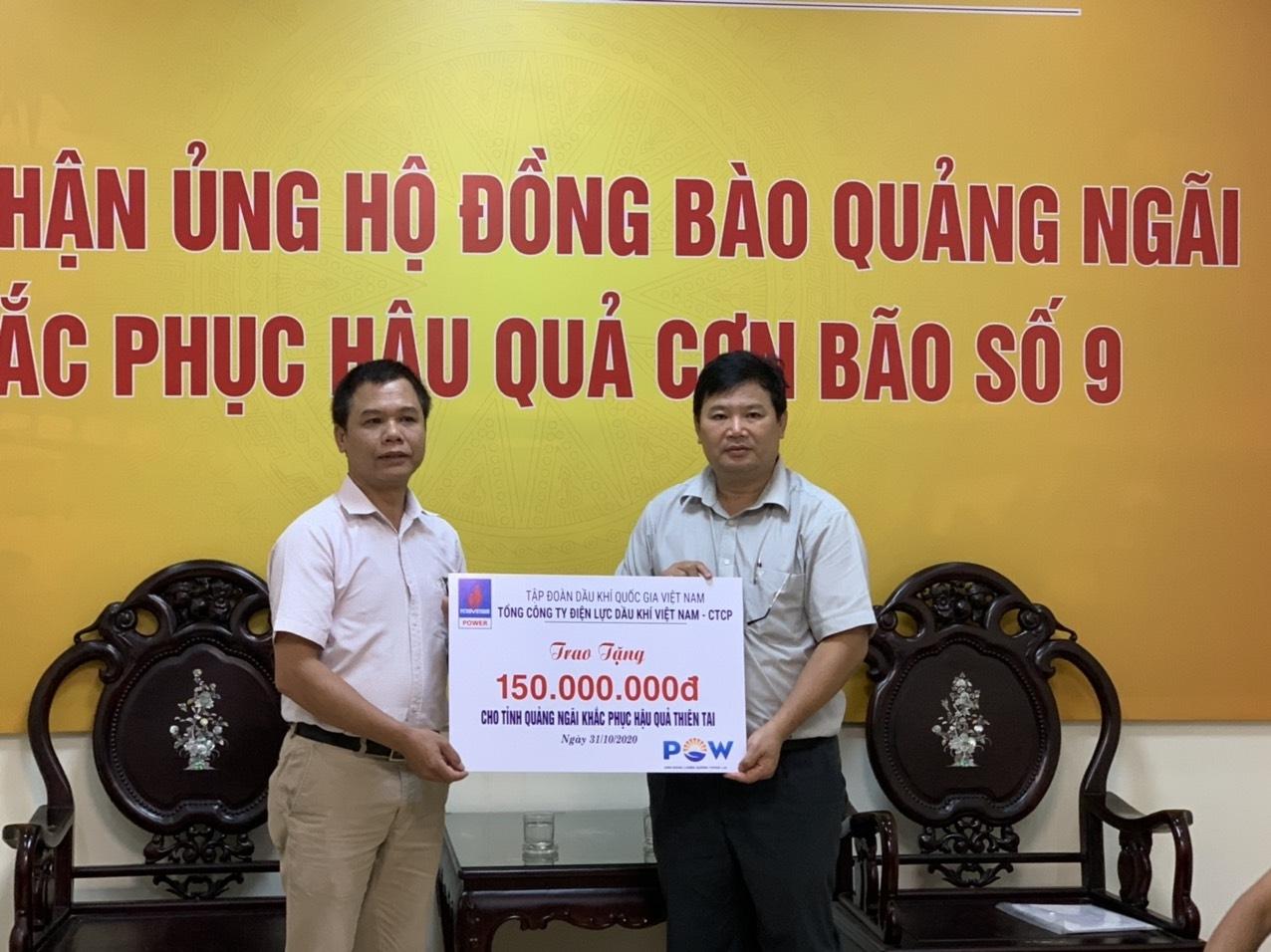 Đại diện PV Power trao hỗ trợ cho UBMTTQ tỉnh Quảng Ngãi
