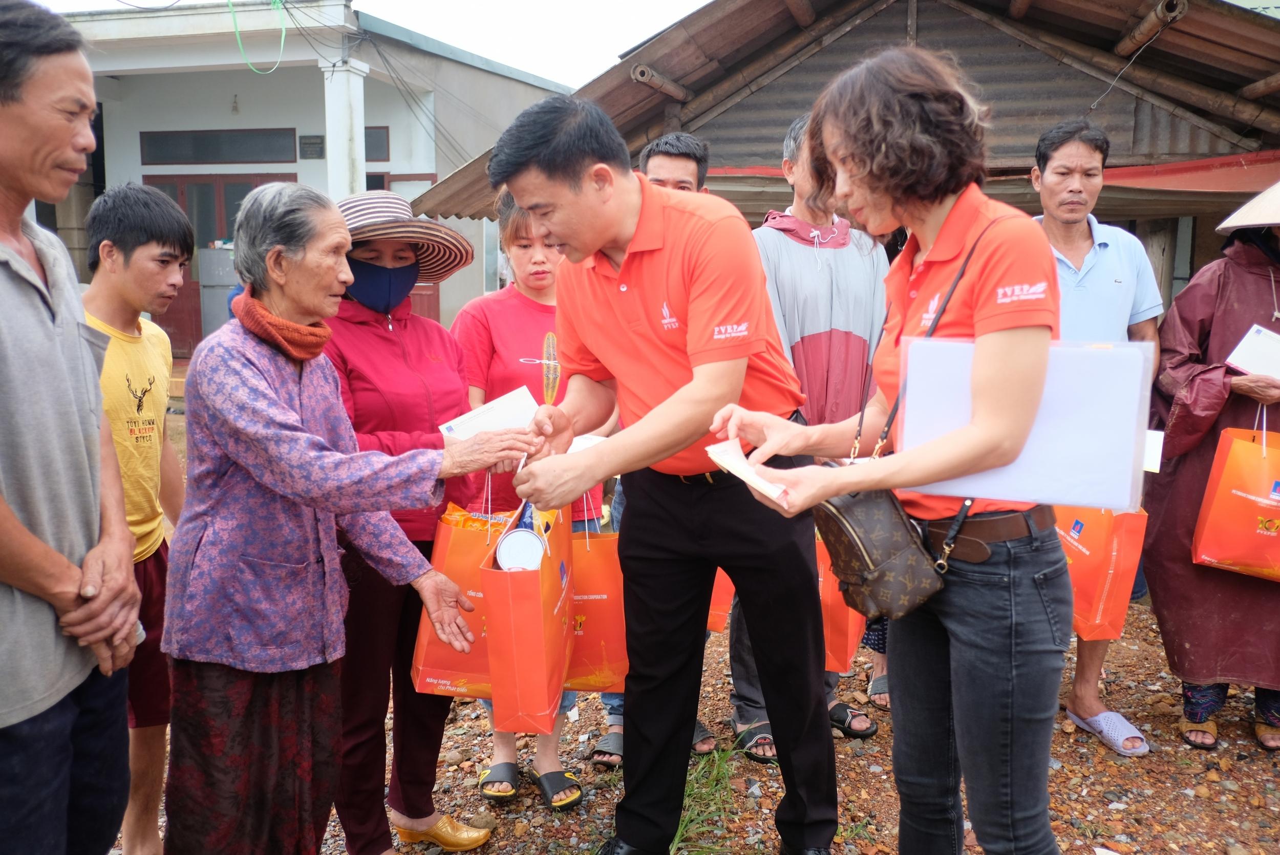 Đoàn thăm hỏi, tặng quà cho người già neo đơn tại phường 3, TP Đông Hà (Quảng Trị)