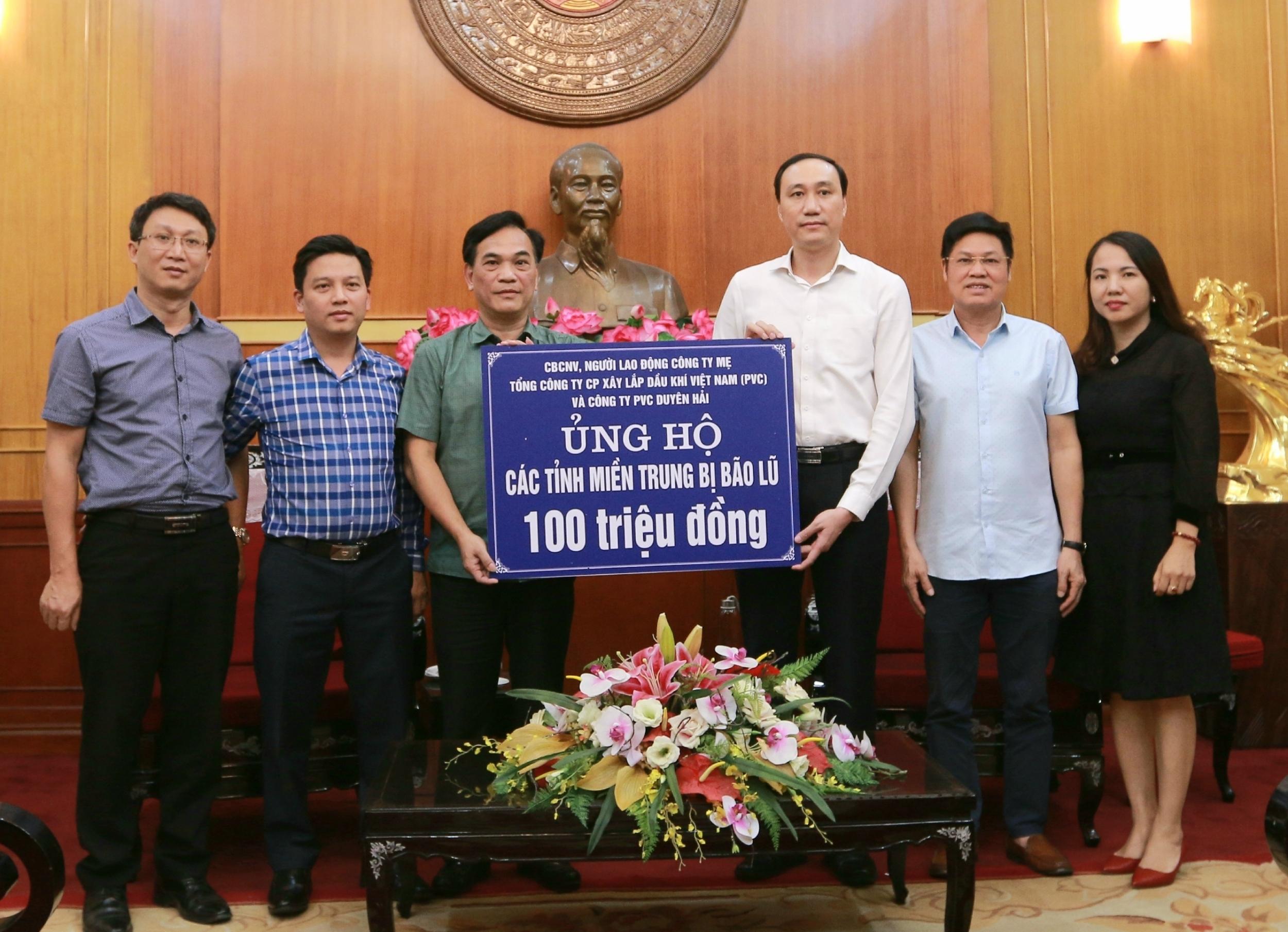 Lãnh đạo PVC trao 100 triệu đồng ủng hộ đồng bào miền Trung khắc phục hậu quả lũ lụt