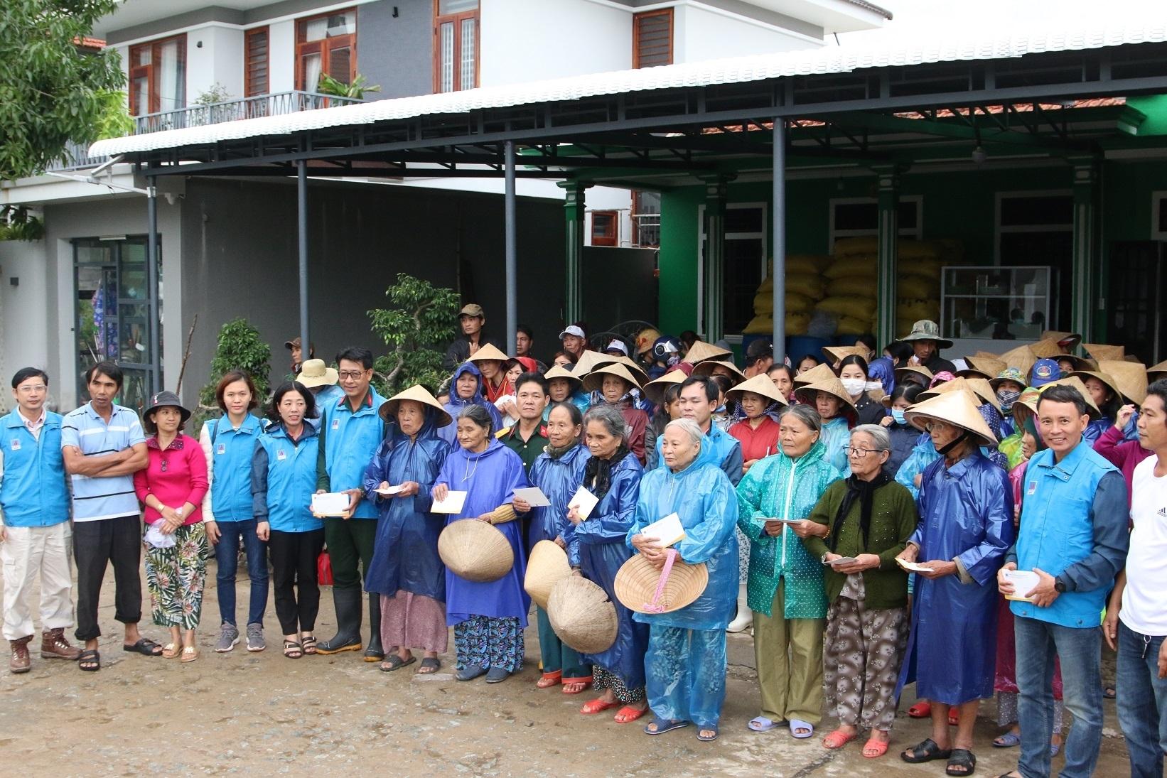Bà con xã Quảng An, huyện Quảng Điền, tỉnh Thừa Thiên Huế nhận tấm lòng từ CBCNV BSR