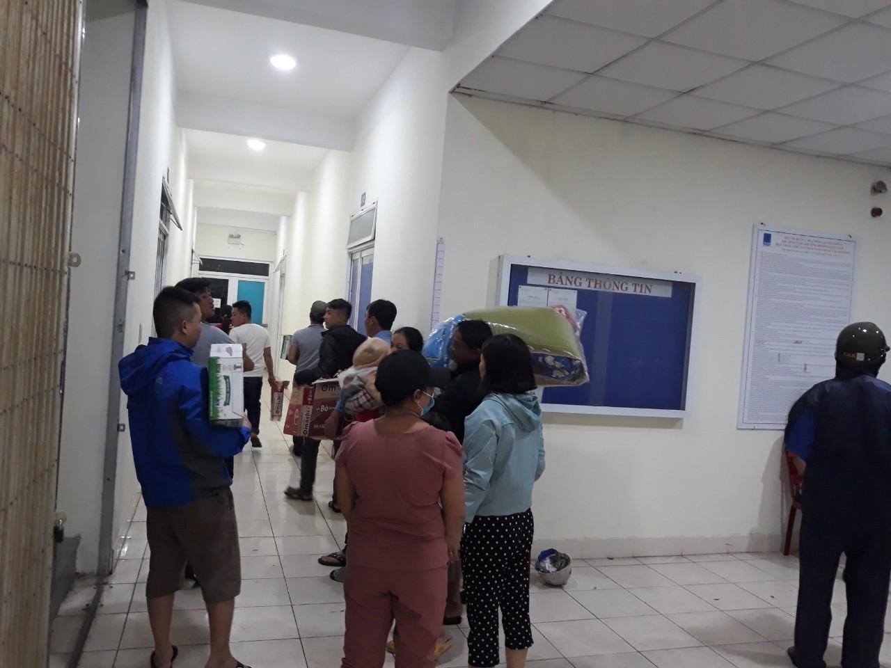 Người lao động PTSC Quảng Ngãi làm công tác hậu cần phục vụ bà con tránh bão