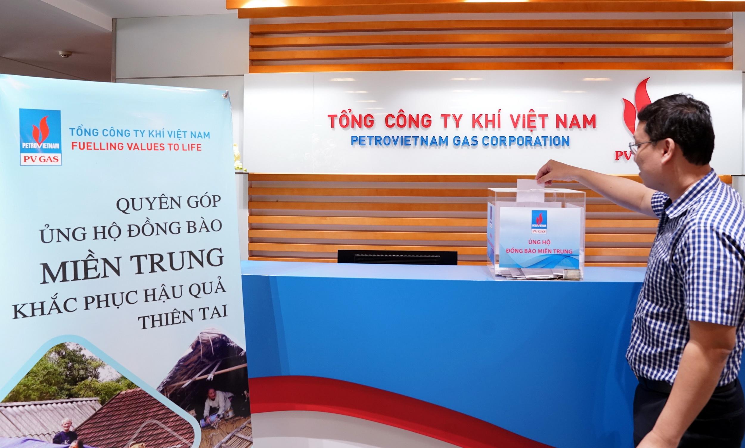 NLĐ PV GAS tham gia ủng hộ đồng bào miền Trung khắc phục hậu quả bão lụt