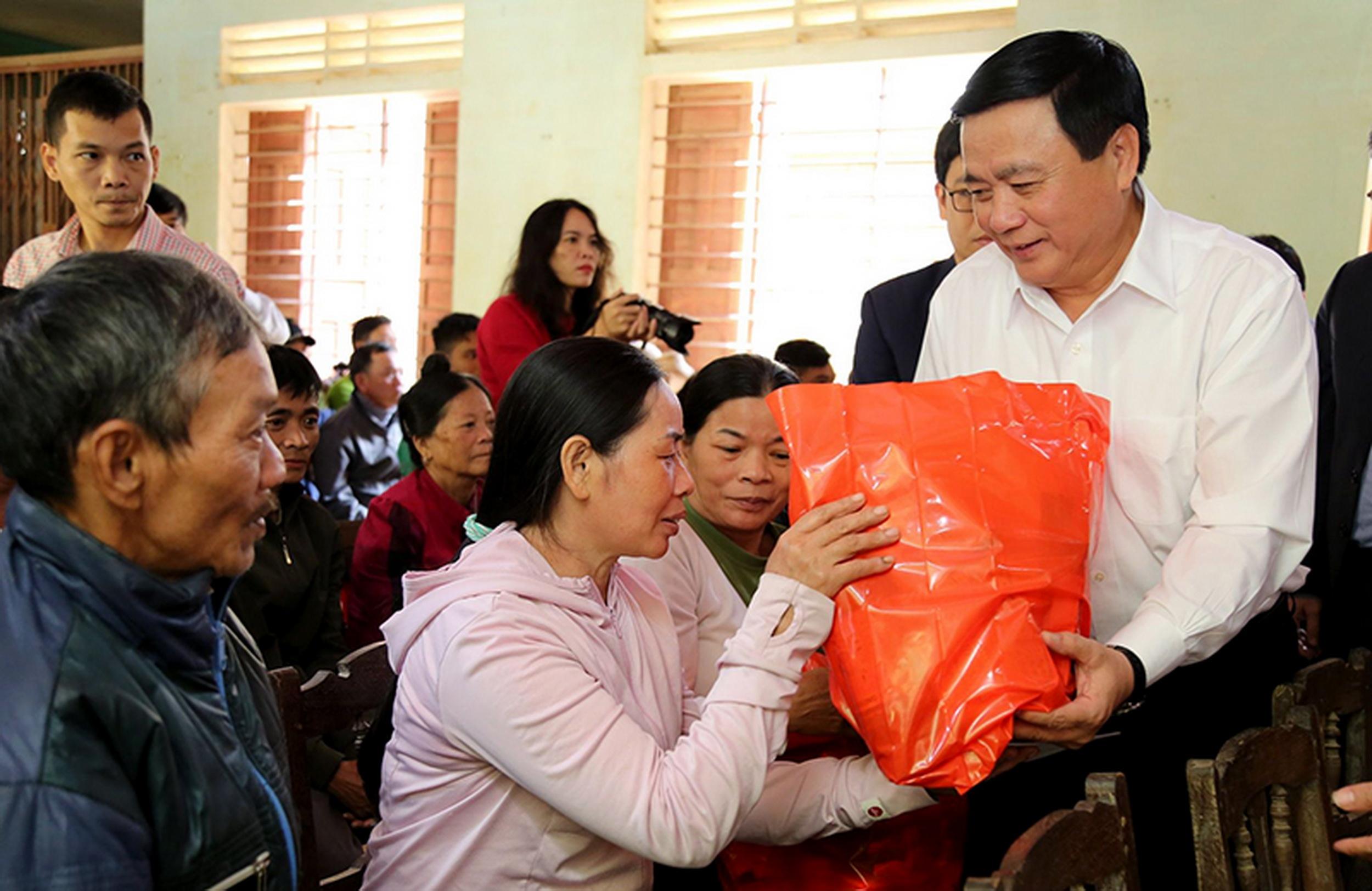 ồng chí Nguyễn Xuân Thắng, Bí thư Trung ương Đảng, Giám đốc Học viện Chính trị quốc gia Hồ Chí Minh thăm hỏi và tặng quà đồng bào miền Trung