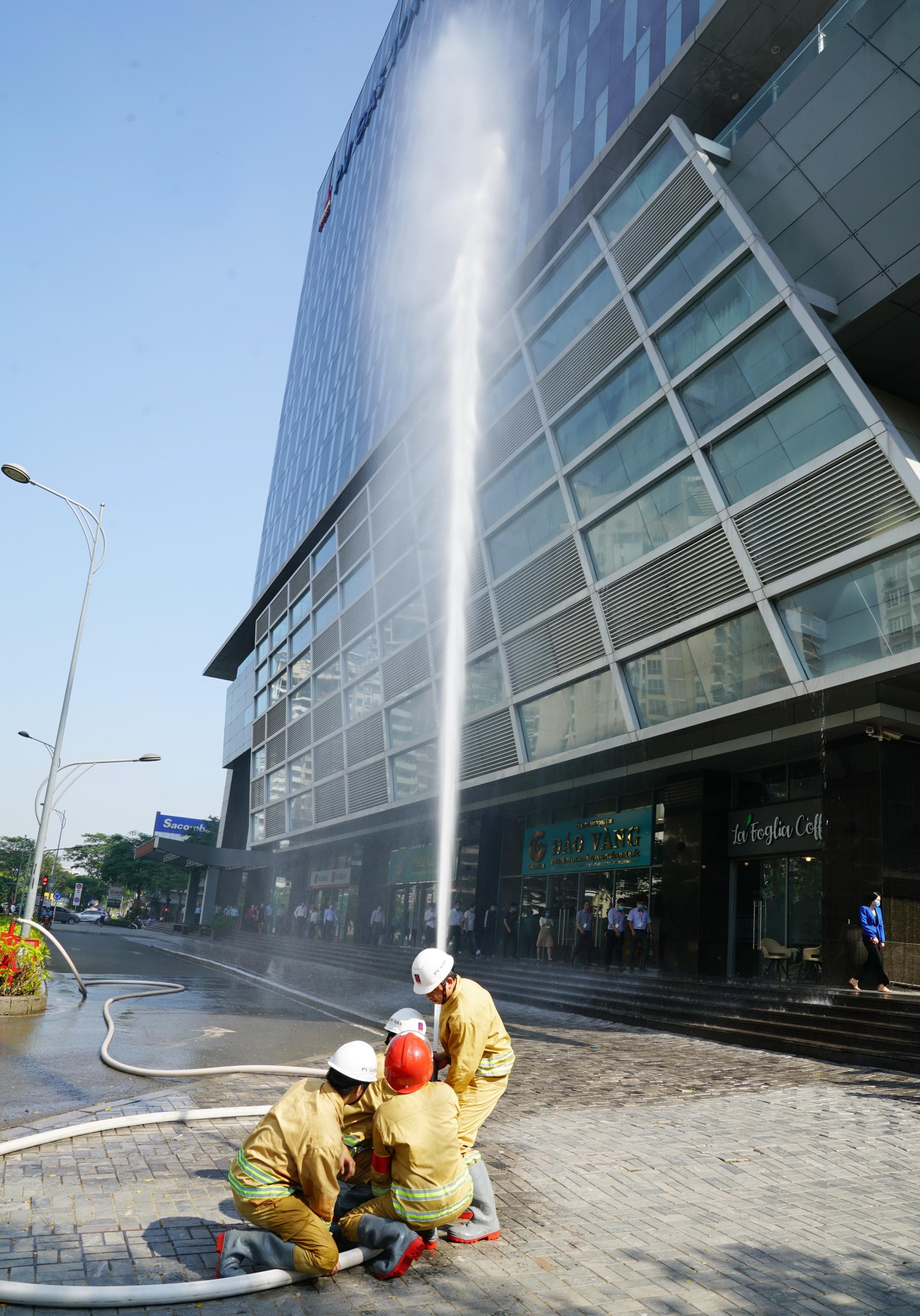 Lực lượng chữa cháy tại chỗ triển khai dập cháy bước đầu