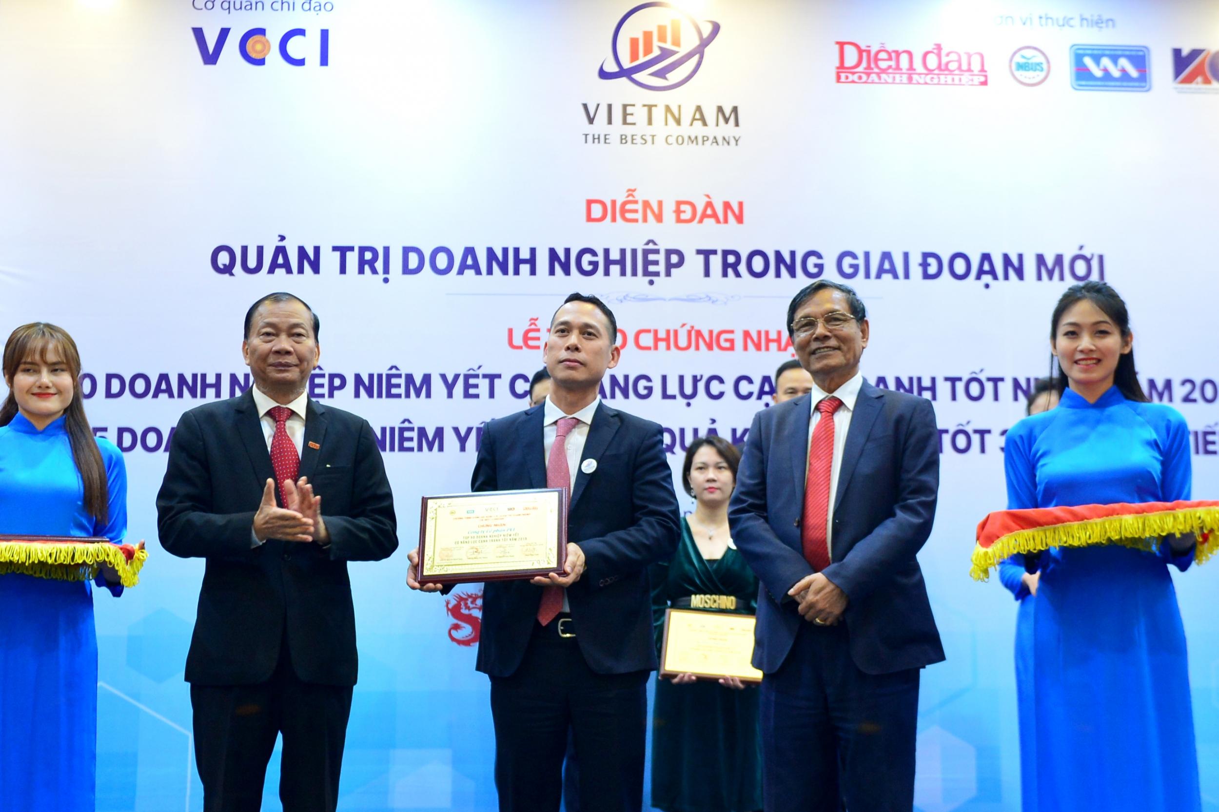 Ông Nguyễn Tuấn Anh- Phó giám đốc Ban QL&PTNNL đại diện PVI nhận giải thưởng