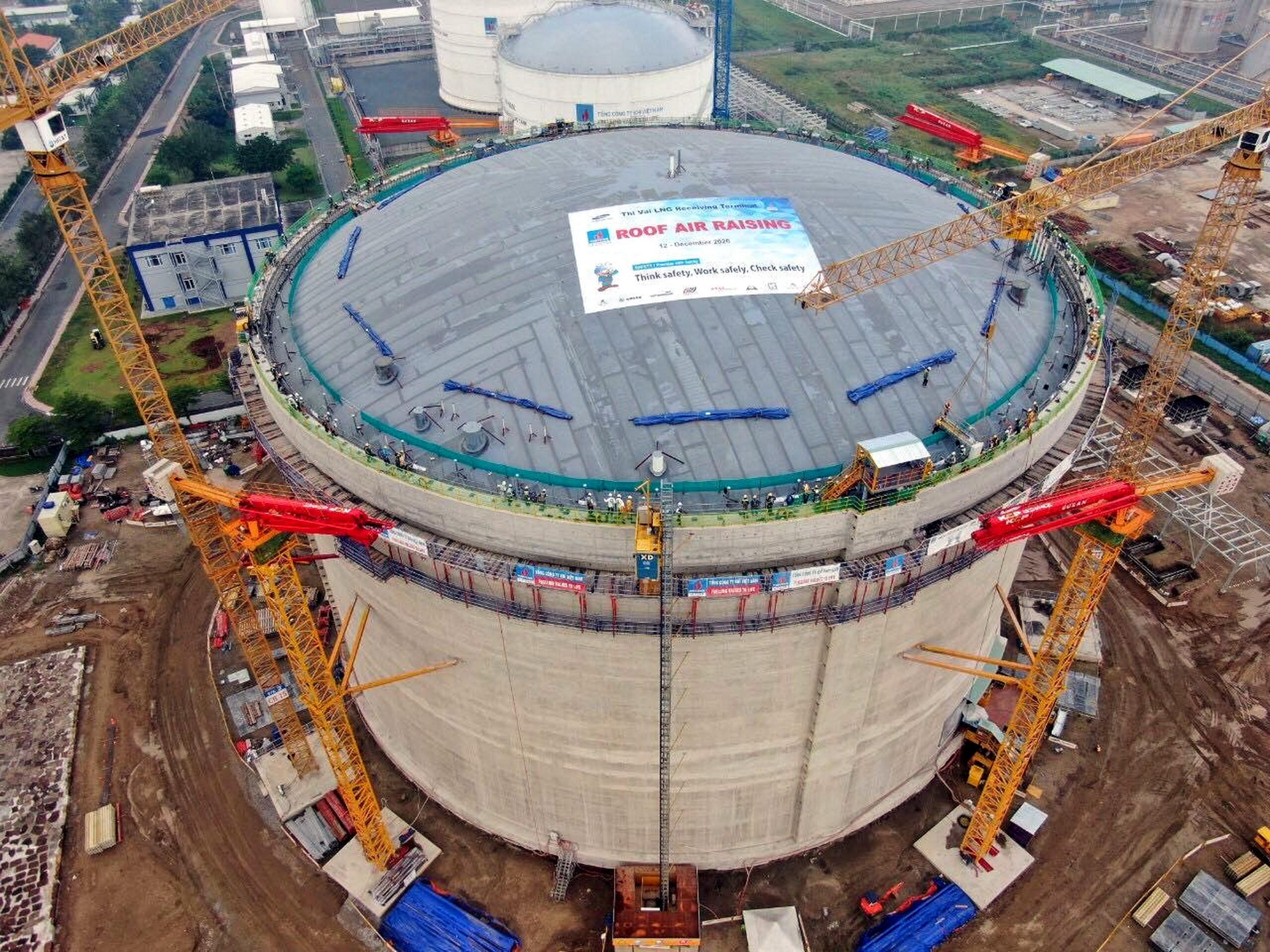 Kho chứa LNG Thị Vải 1 triệu tấn đã được hoàn thiện công đoạn nâng mái