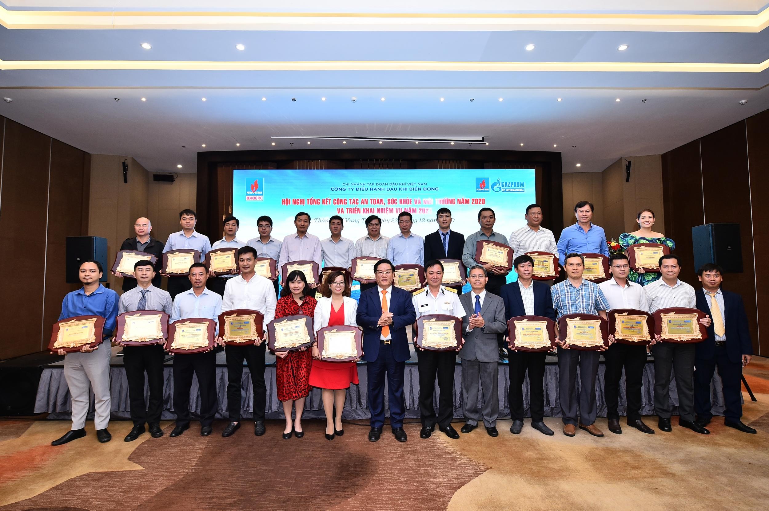 Lãnh đạo BIENDONG POC trao tặng giấy khen cho các Nhà thầu có thành tích xuất sắc