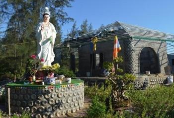 Ngôi chùa được làm từ 60.000 chai nhựa