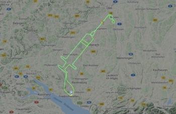 Phi công Đức vẽ hình chiếc xy lanh khổng lồ trên bầu trời