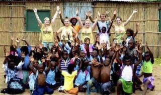 Tình nguyện viên người Mỹ dạy chúng tôi làm từ thiện đúng cách
