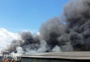 Công ty gỗ cháy lớn, hàng trăm công nhân hoảng loạn