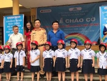 Tặng mũ bảo hiểm cho học sinh trường Tiểu học Xuân Mai A