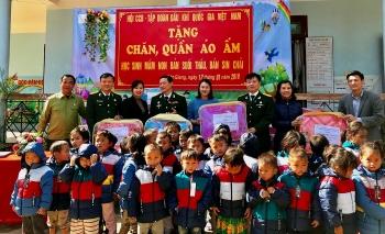"""Hội CCB Tập đoàn mang """"Đông ấm"""" đến với học sinh vùng cao tỉnh Lai Châu"""