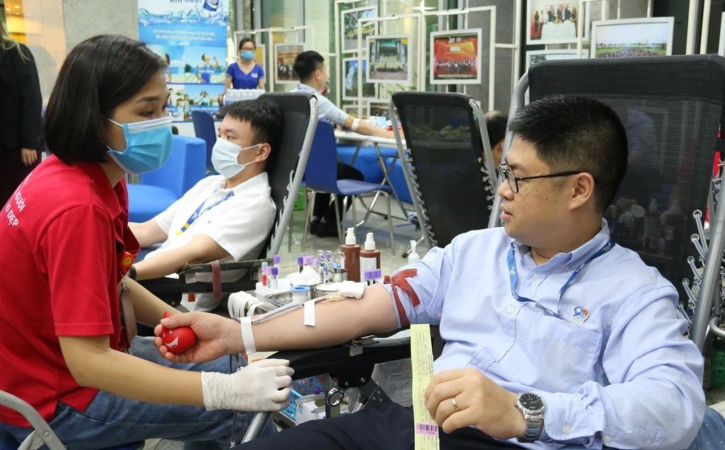 """Ngày hội hiến máu """"Giọt xuân hồng PVcomBank"""""""