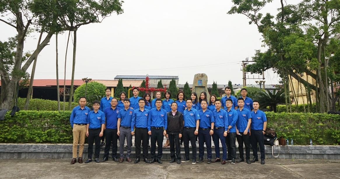 Đoàn chụp ảnh lưu niệm tại giếng 61 - Tiền Hải