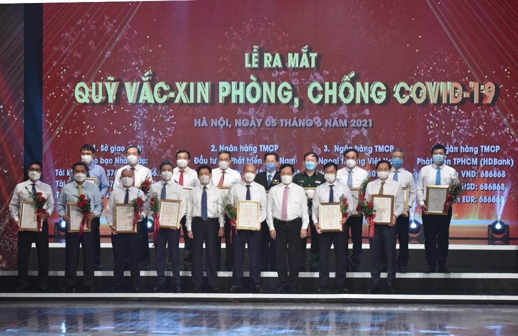 Petrovietnam trao 400 tỉ đồng xây dựng Quỹ vắc-xin phòng, chống Covid-19