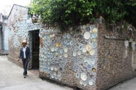 Người nông dân kỳ dị và ngôi nhà được gắn bằng bát đĩa cổ xưa