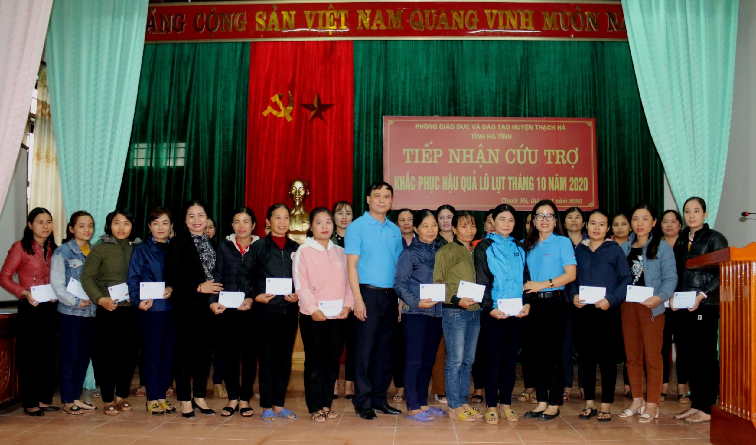 Công đoàn Cơ quan Tập đoàn thăm, tặng quà giáo viên vùng lũ tỉnh Hà Tĩnh
