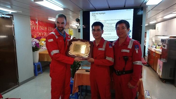 Đoàn công tác Petrovietnam thăm và làm việc tại giàn Chim Sáo