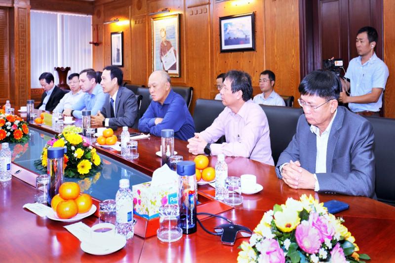 Đồng chí Nguyễn Quỳnh Lâm báo cáo kết quả hoạt động SXKD năm 2020 và gửi lời cảm ơn Lãnh đạo tỉnh BRVT