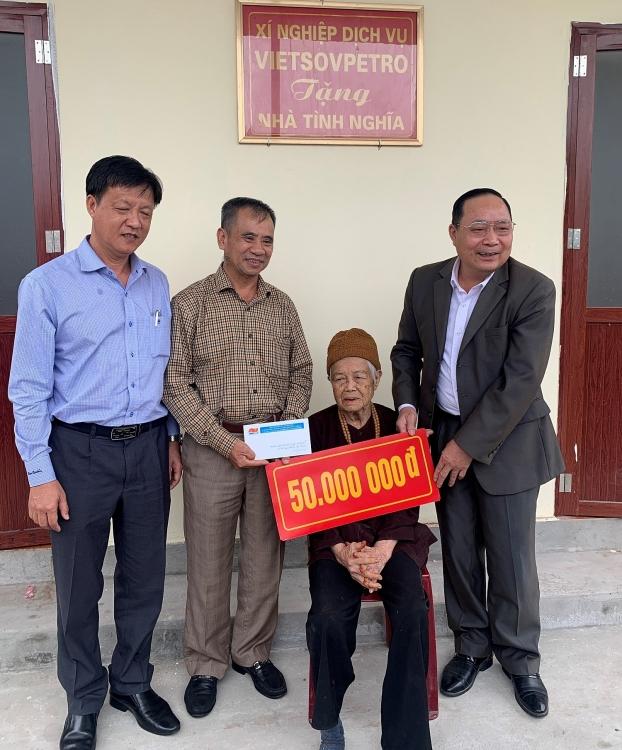 Xí nghiệp Dịch vụ trao tặng nhà tình thương tại Ninh Bình