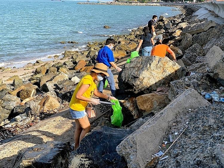 hoạt động thu gom rác dọc bờ biển Bãi trước, TP Vũng Tàu