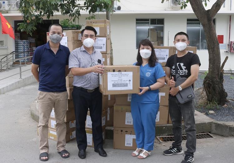 Đại diện Tổng công ty PTSC trao tặng bộ dây máy thở oxy dòng cao cho Bệnh viện Dã chiến thu dung số 16