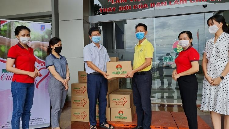PTGĐ Trần Chí Nguyện đại diện lãnh đạo trao phần quà đến cho người lao động 1