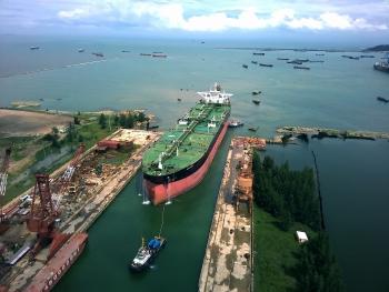 """DQS tiếp nhận """"siêu"""" tàu chở dầu vào dock để hoán cải"""