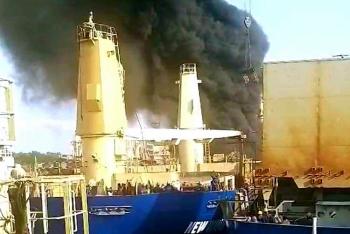 Tàu hàng bốc cháy khi đang sửa chữa