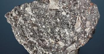 Khối đá mặt trăng to dị thường được bán đấu giá hơn 58 tỷ đồng