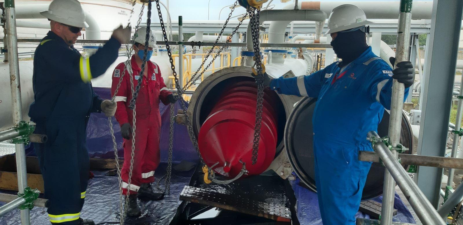 Làm sạch đường ống dẫn dầu bằng công nghệ phóng PIG