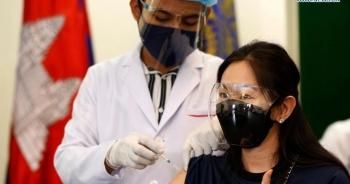 Campuchia tiêm vắc xin mũi 3, kết hợp AstraZeneca và Sinopharm, Sinovac