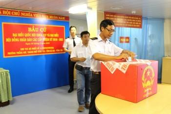 [Chùm ảnh] Bầu cử sớm trên sà lan VSP 06 và sân bay Vũng Tàu